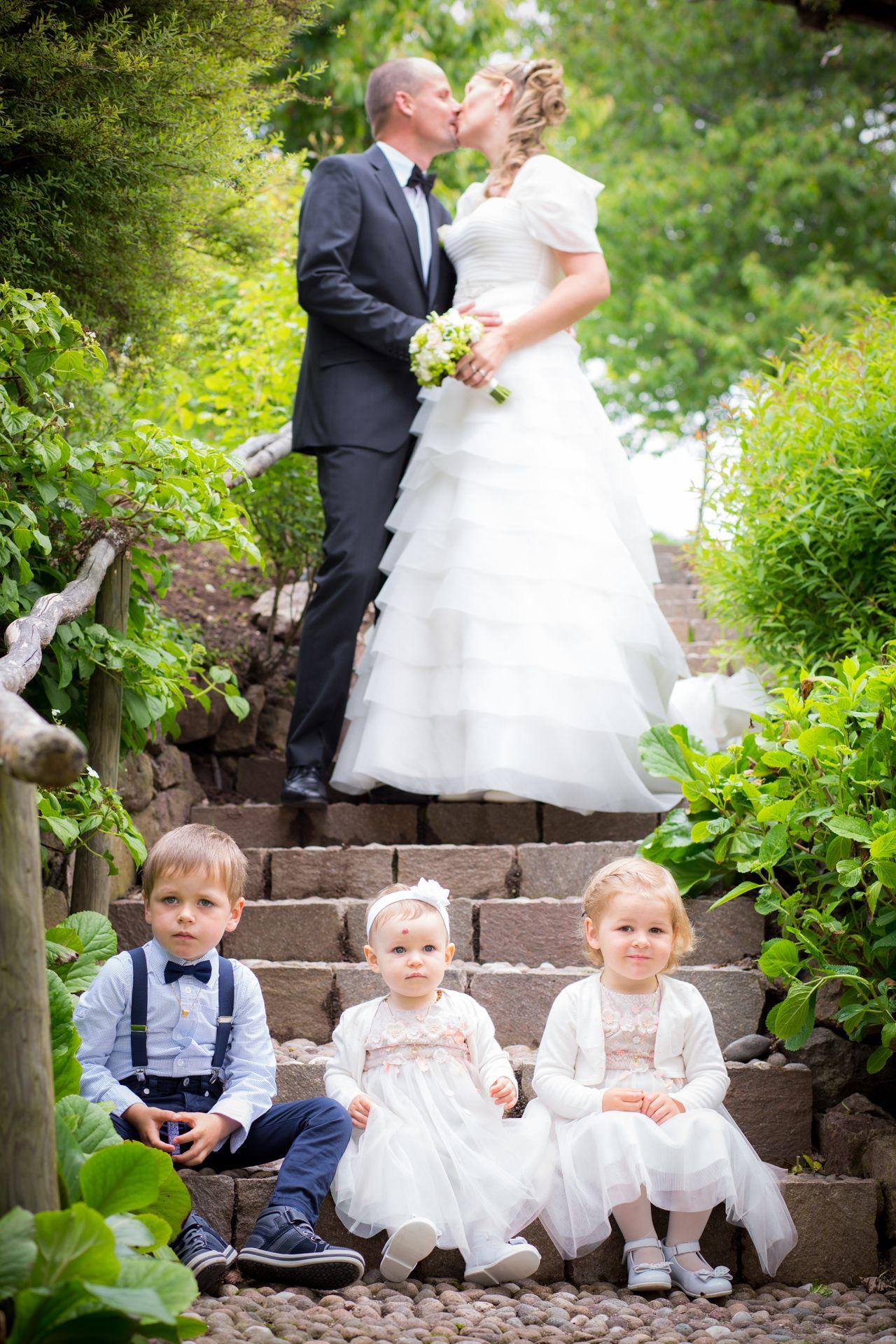 Hochzeitsfotos mit Kindern vom Hochzeitsfotograf in Bayern  Hochzeitsbilder  Wedding dresses