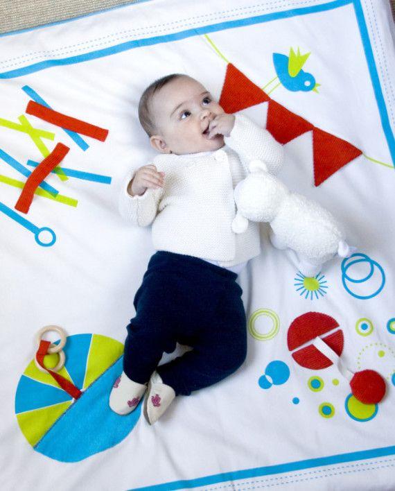 Manta actividades creativas para el bebé Azul. En Rosa también lo hay.  Con 5 meses los niñ@s ya ven los colores y empiezan a ponerse boca abajo para palpar las cosas y manipular objetos