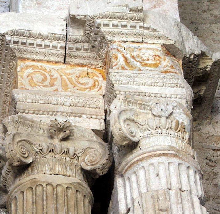 Capitelli romani di spoglio riusati nella Basilica di San Salvatore (Spoleto)