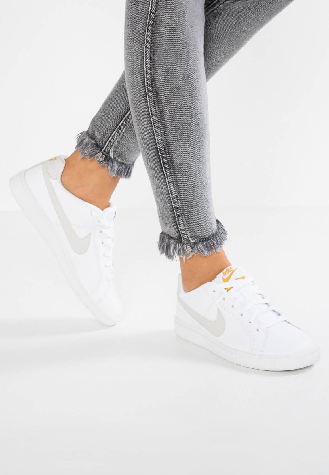 sale retailer 74036 a64fa Nike Sportswear. COURT ROYALE - Baskets basses - white light bone mineral  yellow