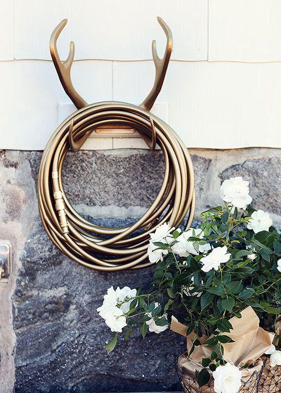 Detalhes externos! Objetos #exóticos como a mangueira dourada e o gancho em forma de galhada dão um toque luxuoso ao #jardim #decor