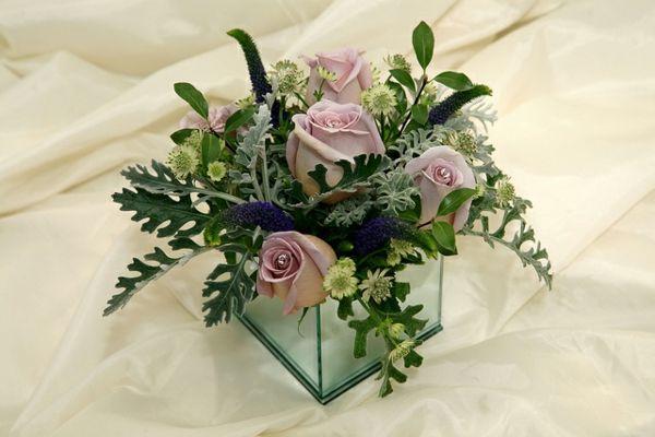 elegante tischdeko mit blumen kleine rosen tischgestecke pinterest tischdeko rose und. Black Bedroom Furniture Sets. Home Design Ideas