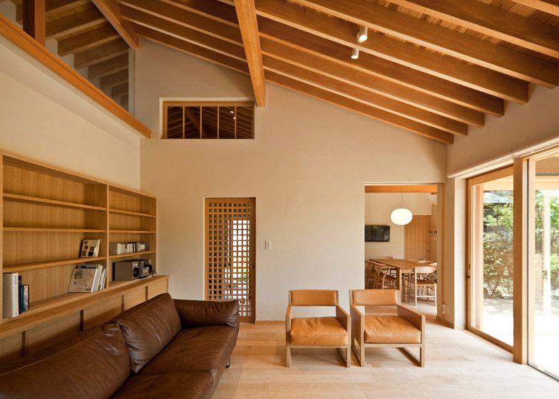 勾配天井の架構がとても綺麗 天井と床 造作収納に木を多めにつかって