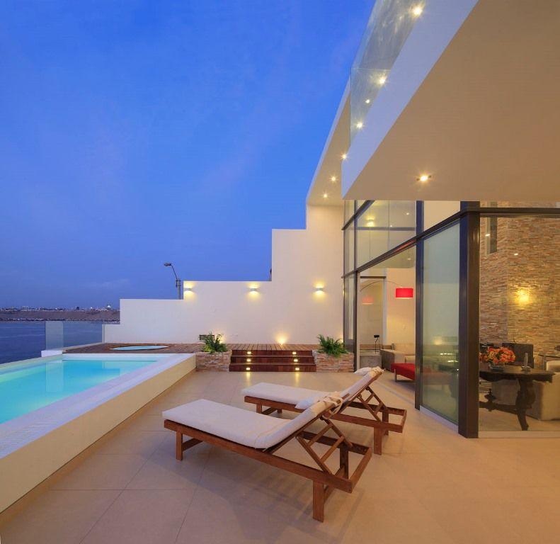 El entorno natural de una casa frente al mar le da un