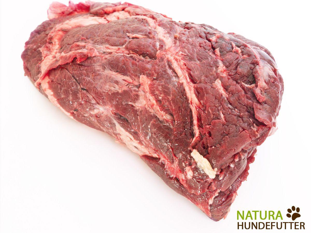 #Rinderkopffleisch ist der Allrounder und Klassiker beim #Barfen. Das Rinderkopffleisch enthält eiweißreiches Muskelfleisch, ist besonders saftig und bissfest. Eine extra Portion Knorpel sorgt für einen durchschnittlichen Fettgehalt von 25%. Damit wird dein #Hund mit ausreichend Energie versorgt. Fett ist der wichtigste Energielieferant für deinen Hund. Wenn er also viel leisten muss, dann ist das Rinderkopffleisch genau das Richtige.