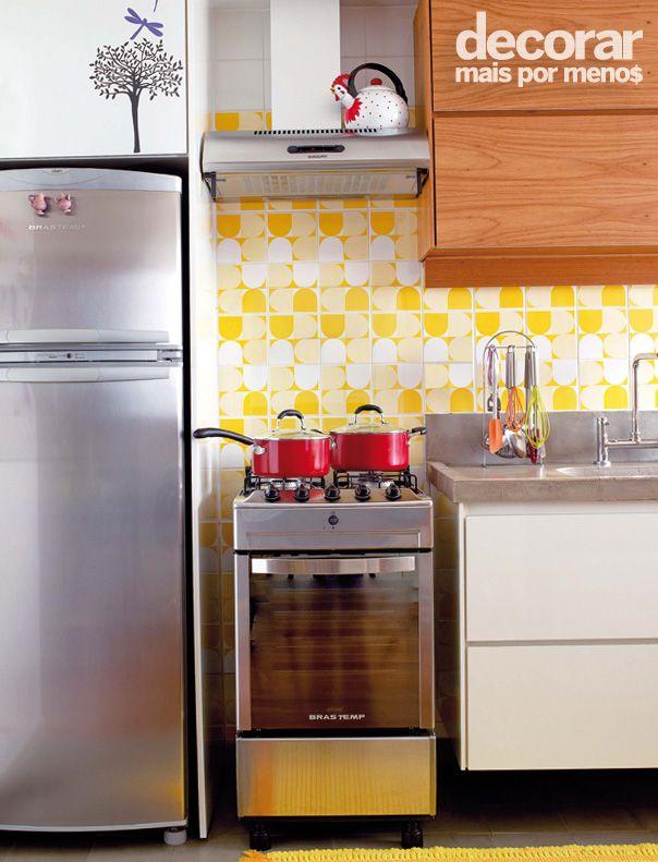 Revista Decorar Mais por Menos - Se a sua cozinha tem um azulejo colorido aposte em cores apenas nos utensílios e acessórios para realçar o revestimento!  Produção: Janete Moraes / Foto: Arthur Nobre