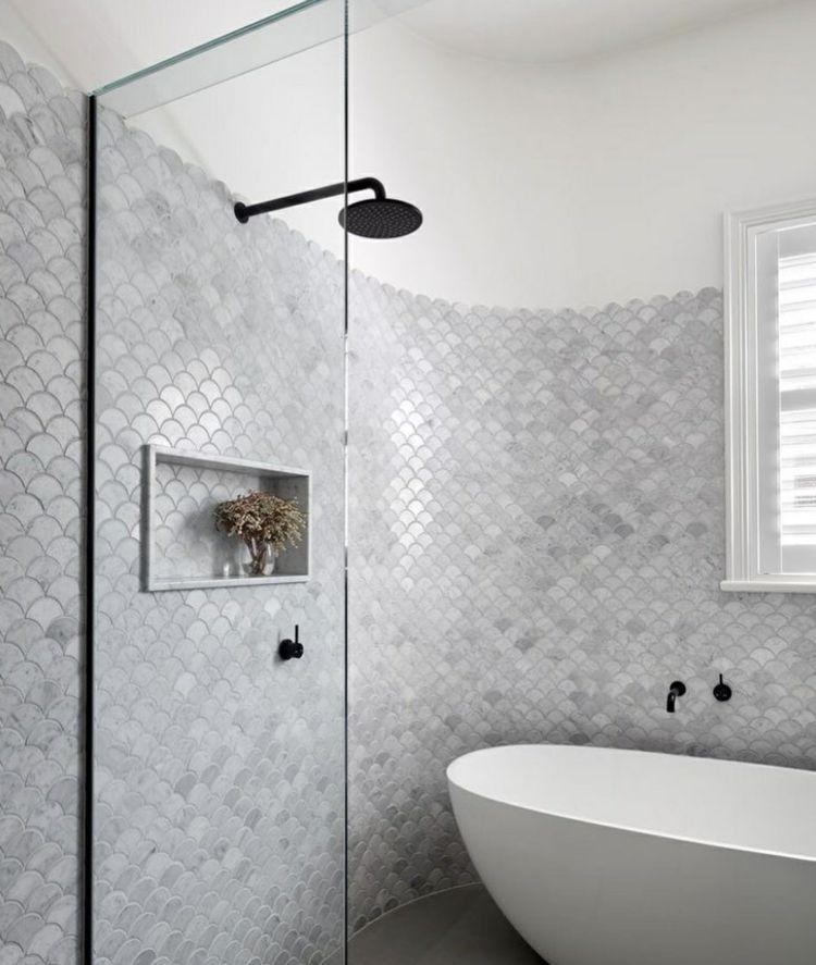 Badezimmer Graue Fliesen Und: Graue Fischschuppen Fliesen Zieren Eine Abgerundete #Wand
