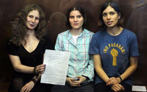 María Alekhina, Yekaterina Samutsevich y Nadezhda Tolokonnikova, integrantes del grupo punk feminista Pussy Riot, muestran, en foto de archivo del 17 de agosto, el veredicto de la corte que las condenaba a dos años de prisión por grabar un video de protesta contra Vladimir Putin en la catedral de Moscú Foto Ap