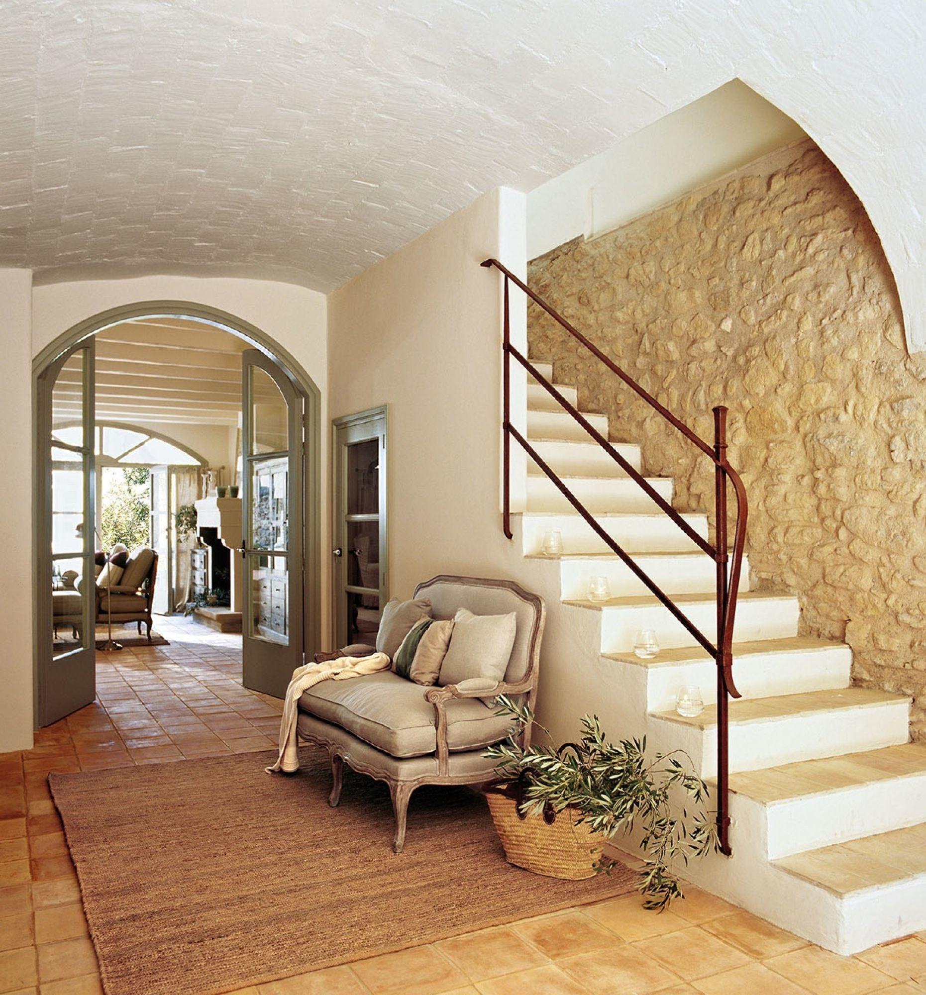 Recibidor abovedado recibidor r stico y escalera for Escalera madera decoracion