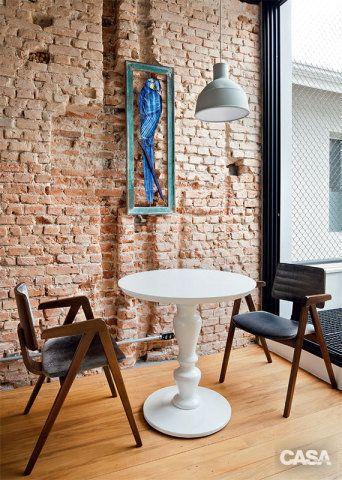 O atual canto de refeição ainda exibe o percurso do encanamento do antigo banheiro. Mesa e cadeiras da A Lot Of.
