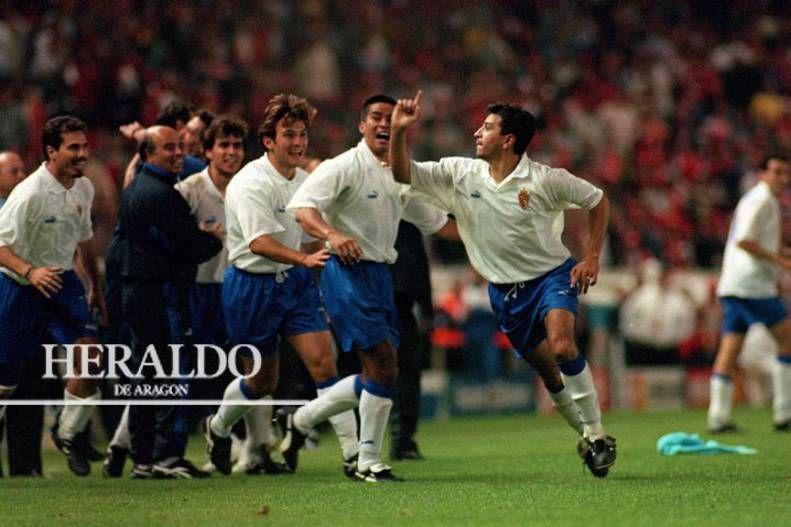 El 10 de mayo de 1995 el Real Zaragoza logra un gran hito deportivo al ganar la Recopa ante el Arsenal con un espectacular disparo de Nayim que batió a Seaman en el último minuto de la prórroga. Ese gol provocó una explosión de júbilo de los 16.000 aficionados españoles que se desplazaron a París. En la foto, Nayim tras marcar el famoso gol junto a Fernando Cáceres, Geli, Santiago Aragón, Kabir Nana y Jesús Solana.