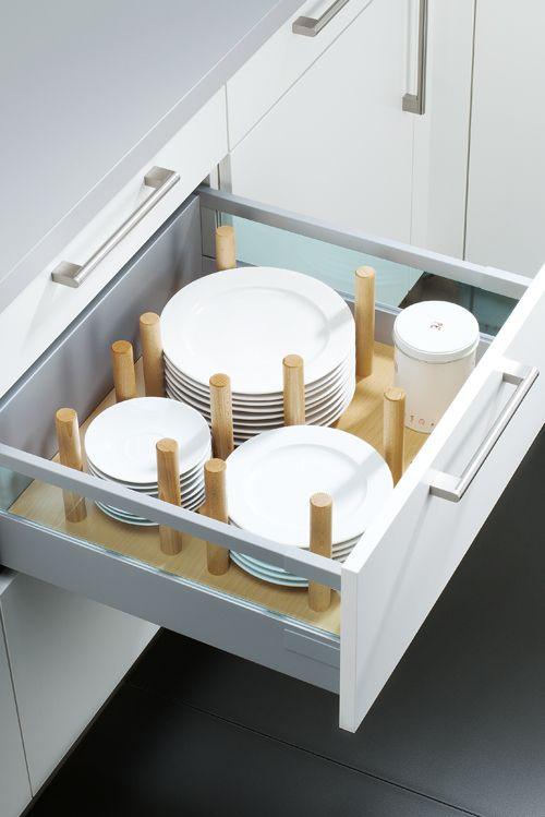Schubladen Küche mit praktischen tellerhaltern aus holz verruscht und wackelt in der