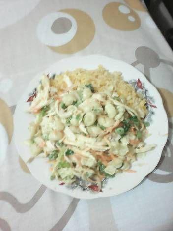 Ensalada de pollo con fideo y vegetales
