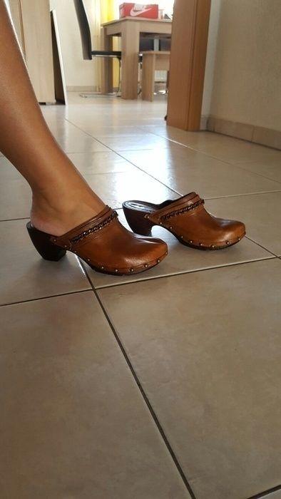 Braune leder Holz clogs   Schuhe damen, Clogs schuhe und Clogs