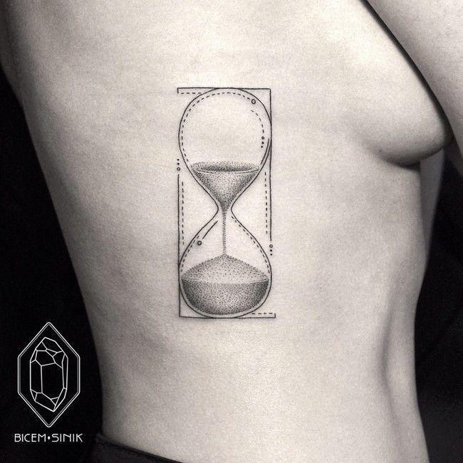 Tatouage minimaliste de sablier dans 17 superbes exemples - Tatouage trait bras ...