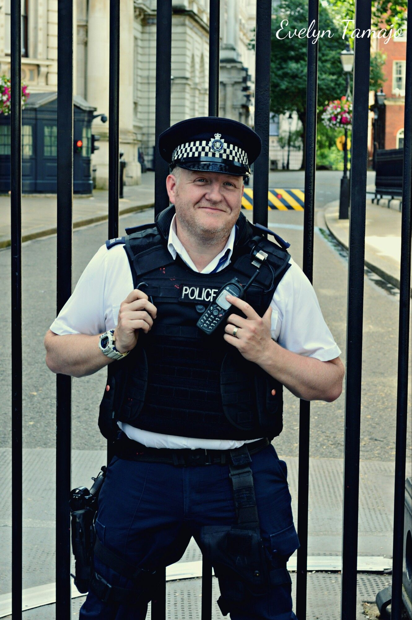 A friendly and smiley police officer at 10 Downing Street. London, July 2015. #policeofficer #londonpoliceofficers #london #10downingstreet #westminster #people #londoner #metpolice #photography #evelyntamajo #theclassydreamer #smile #friendly #londinium #nikon