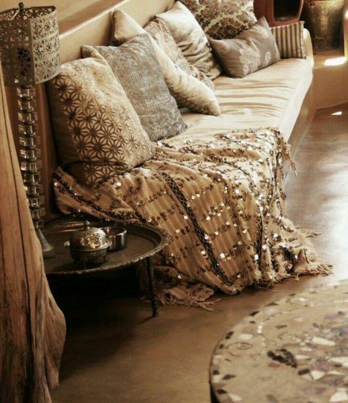Deko Orientalisch Ideen Zum Gestalten Glänzende Decke Sofa Mit Vielen  Kissen Dezente Farben Im Zimmer Beige