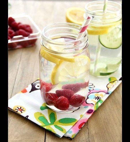 Une detox water au citron, à la fraise et au concombre