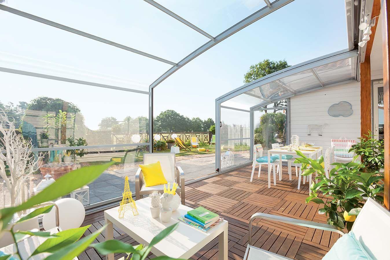 Une Tres Belle Terrasse En Bois Sous Un Abri De Terrasse Rideau Abriterrasserideau Abri Terrasse Terrasse