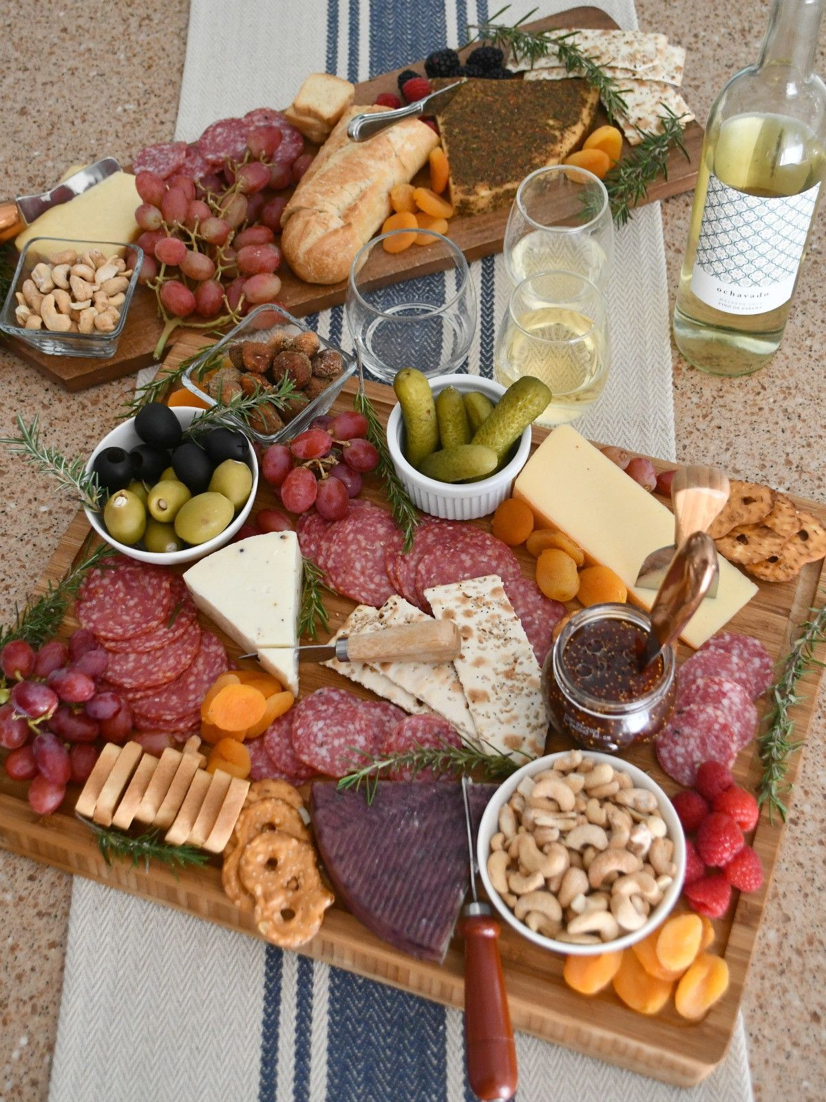 Make the Best Easy Charcuterie Board in Just Minutes! #charcuterieboard