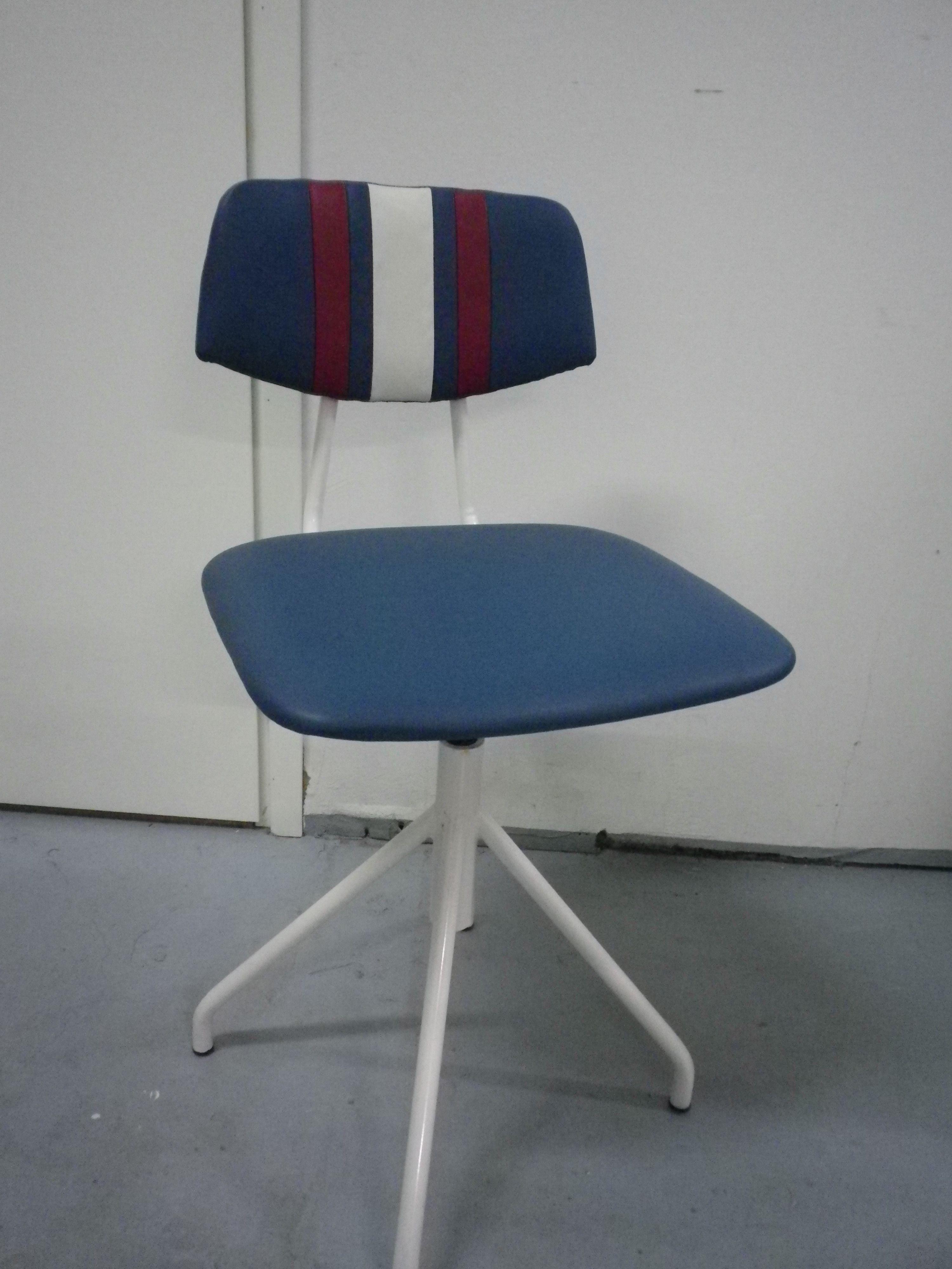 50-luvun kirjoituspöydän  tuoli, (MYYNNISSÄ) uudelleen verhoiltu petroolin värisellä nahalla.