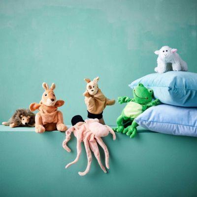 Und Action: Mit der Wild Guys Handpuppe Kamel lassen Sie nach Lust, Laune und eigener Regie die Puppen tanzen. Hinter den weichen und plüschigen Wild Guys verbirgt sich ein ganzes Ensemble ausdrucksstarker Handpuppen für Komödien, Fabeln, Märchen und andere Inszenierungen. Handwäsche möglich. Weitere Figuren erhältlich.