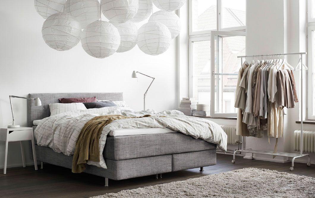 ein helles schlafzimmer mit Årviksand boxspringbett mit bezug, Schlafzimmer ideen