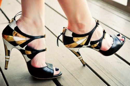 Inkkarin väriset kengät.