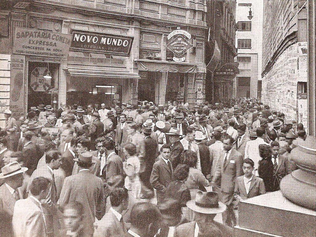 Multidão aguarda ansiosa a divulgação dos resultados das corridas de cavalos no Largo do Café (década de 1950)