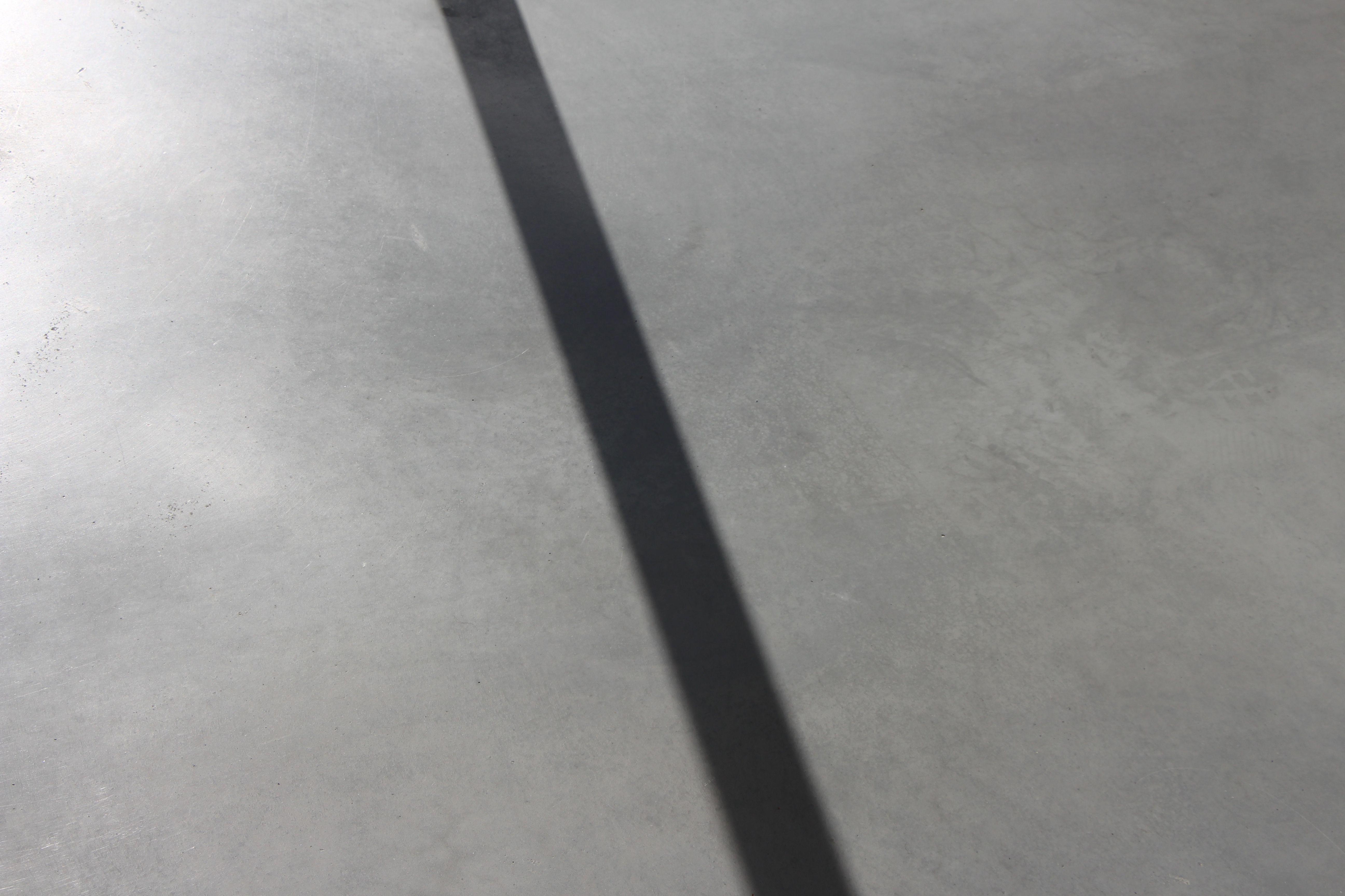 Deze dikke zwarte schaduwlijn heeft rechte contouren. Deze lijn zal door de veranderende positie van de zon voortdurend veranderen van uitzicht.