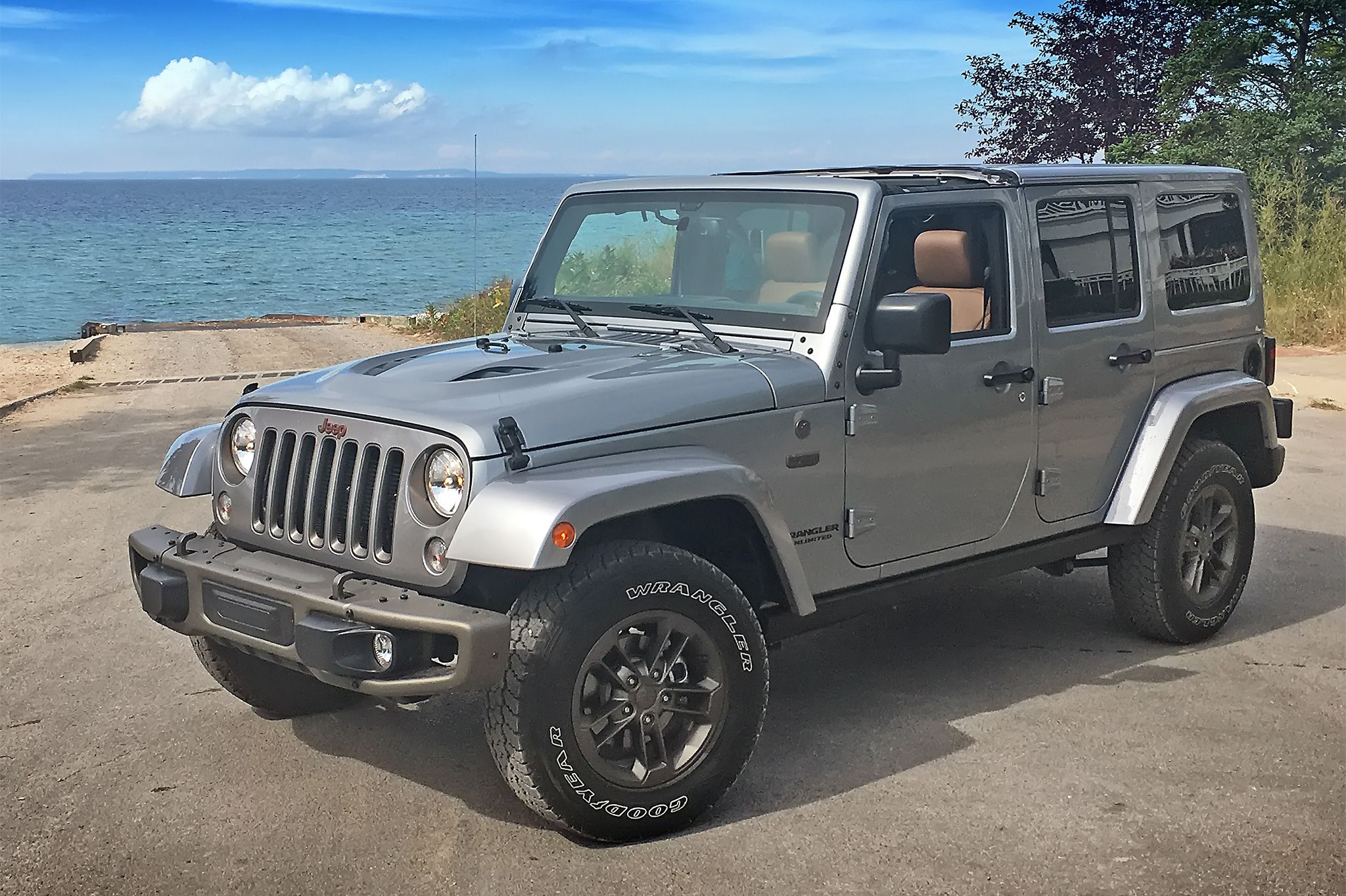 2016 Jeep Wrangler Unlimited front three quarter 04 2048—1365