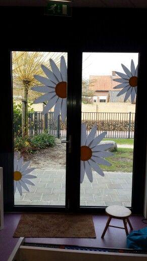 Bloemen op het raam van papier gemaakt for Addobbi finestre scuola infanzia primavera