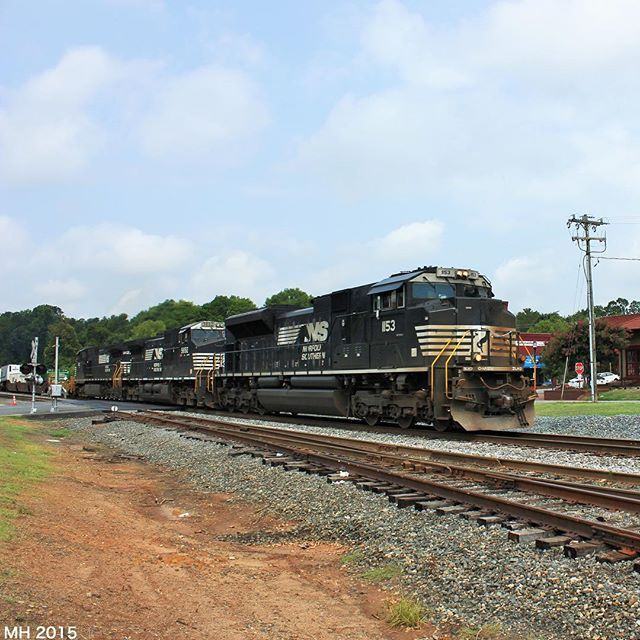 NS 204 comes by Belmont NC with a very dirty SD70ACe leading. @daily_crossing #daily_crossing @RAIL_BARON #RAIL_BARON @LIFEAFTERFILM #LIFEAFTERFILM #rsa_theyards #railfannation #railfanclub #railways_of_our_world #TRA #Train_Nerds #trb_express #train_chasers #trains_worldwide #trains_r_the_best #instalogistics #TRAIN_FANATICS_4LIFE #LOVES_TRANSPORTS #locos_of_america #locomotive #railfan #splendid_transport #railroads_of_america #pocket_rail #north_american_rail_pictures #NorfolkSouthern…