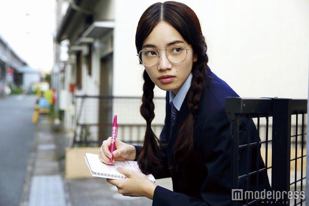 (画像2/4) 小松菜奈、丸メガネ×おさげ姿に「やっぱり可愛い」「やられた」の声