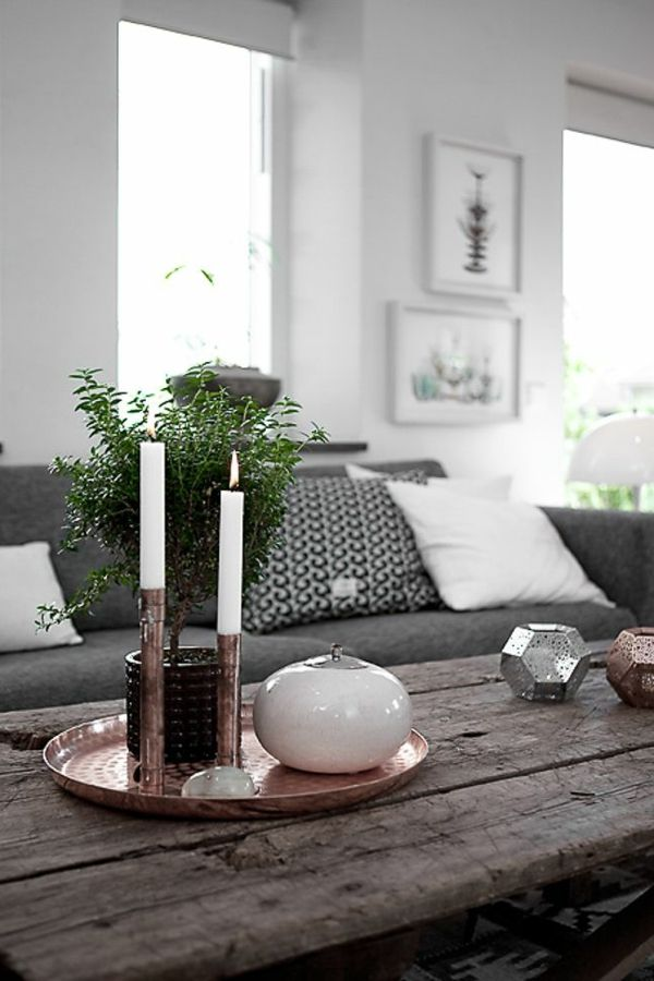 Wei e kerzen auf dem h lzernen tisch im wohnzimmer wohnen pinterest wohnzimmer einrichten - Wie kann man ein kleines wohnzimmer einrichten ...