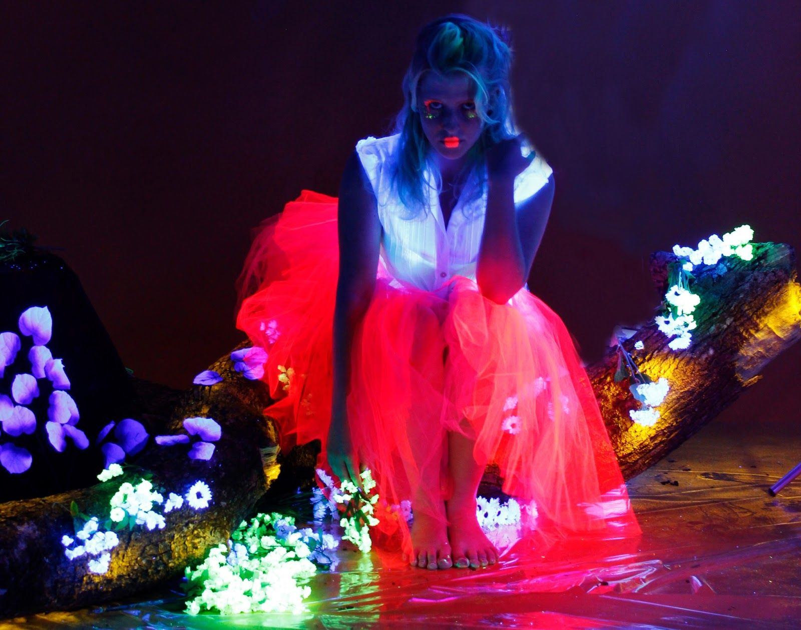 Photos: Camila Tutui Delhaye  Styling: Fabiana Leite e Sulamita Dancuart  Makeup: Sulamita Dancuart  Scenography: Ana Luísa Redda e Sulamita Dancuart  Editing: Equipe  Models: Laura Sarkovas , Lia Paris , Vini Uehara