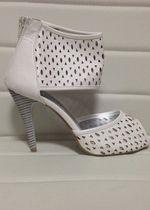 Nové bílé jedinečné sandály na podpatku  4dee99d755
