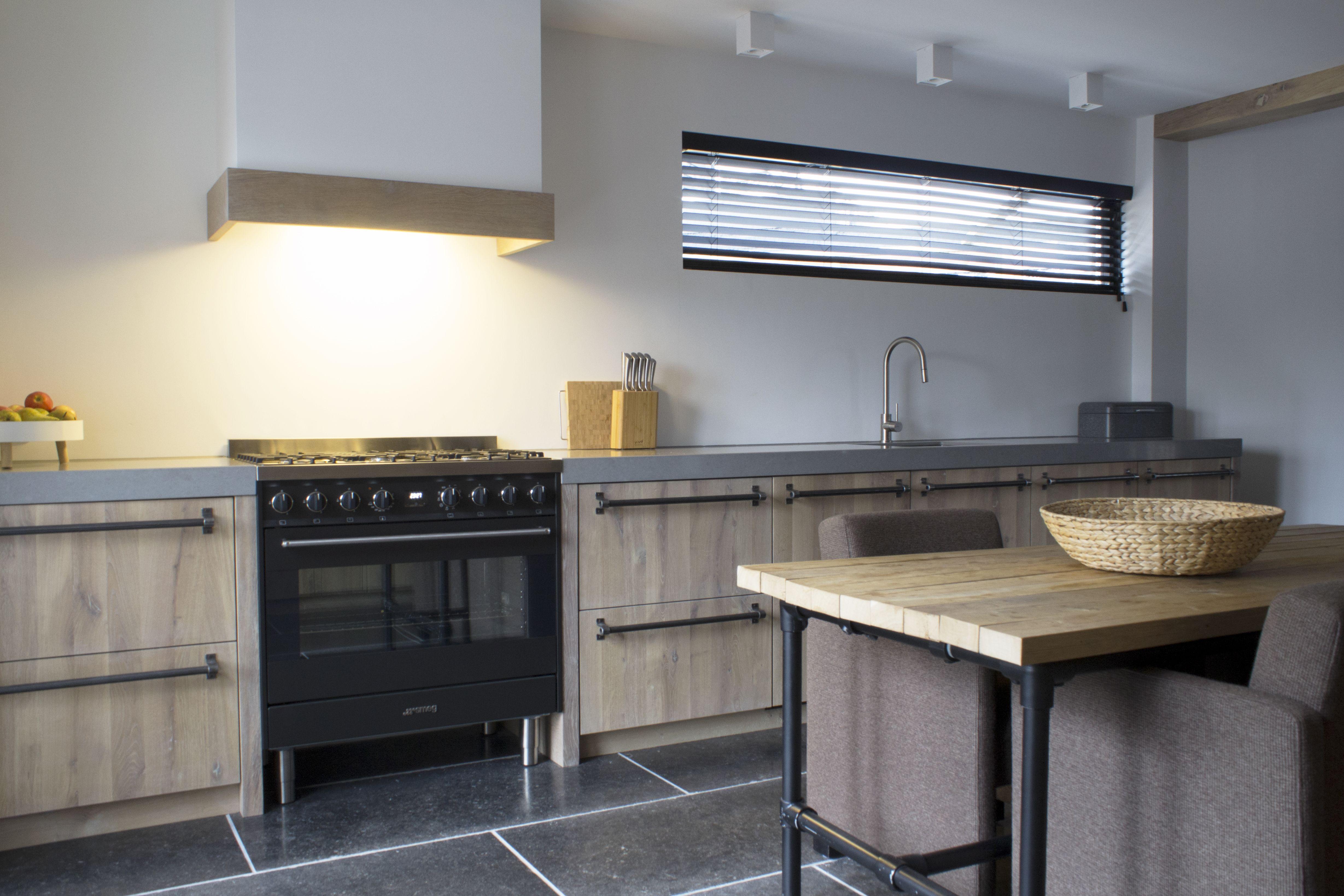 Zwart Keuken Grepen : Stoere landelijke keuken met robuuste grepen en een zwart fornuis