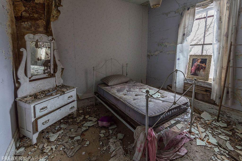 Abandoned House Crumbling Bedroom Abandoned Houses Mattress On
