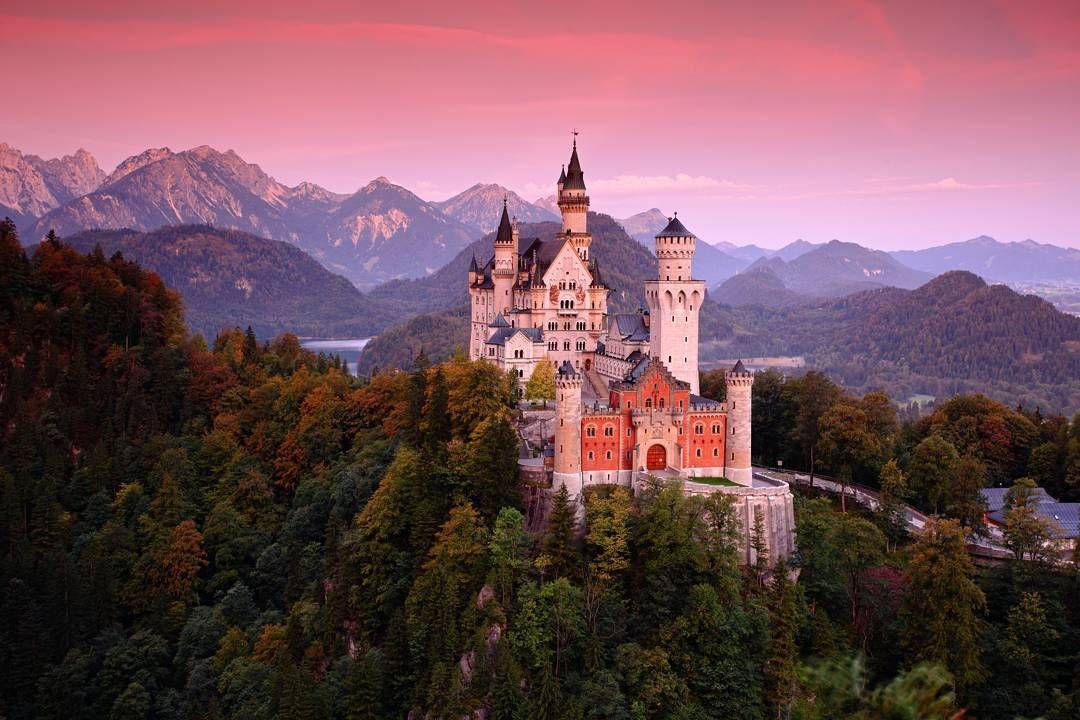 Schloss Neuschwanstein Das Schloss Neuschwanstein Steht Oberhalb Von Hohenschwangau Bei Fussen Im Sudlichen Neuschwanstein Castle Castle Travel Dreams