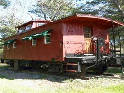 Little Red Caboose house conversions.   Unusual homes ... on train houses, bus houses, wagon houses, tent houses, top houses, aircraft houses,