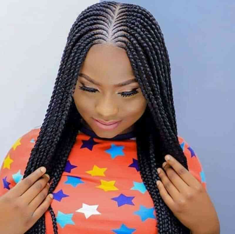 Belles Tresses Africaine Avec Partie Centrale In 2020 African Hair Braiding Styles Cool Braid Hairstyles Braided Cornrow Hairstyles