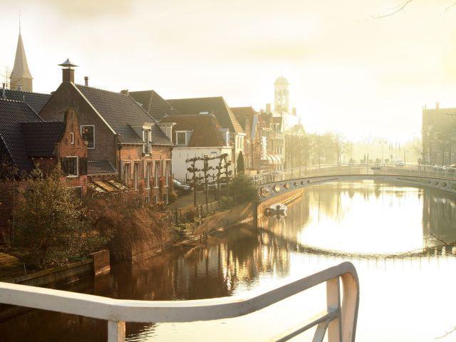 Vlak bij Nationaal Park het Lauwersmeer en het prachtige Waddengebied ligt het historische stadje Dokkum. Een uitstekende uitvalsbasis voor een dagje uitwaaien op de Waddeneilanden Ameland of Schiermonnikoog. De omgeving is het beste te verkennen tijdens een fietstocht of wandeling. Ook een bezoekje aan zeehondencrèche Pierburen is een aanrader. In het nabijgelegen dorpje Moddergat vindt u drie gerenoveerde vissershuisjes uit de 19e eeuw die beter bekend staan als de Fiskershuskes. Hier…