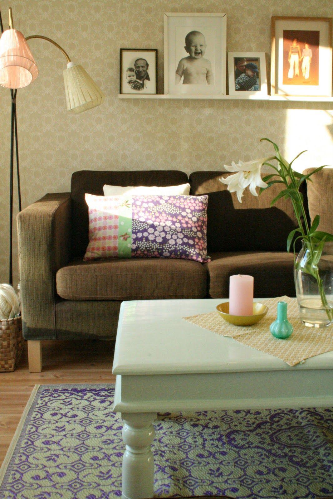 rammehylle over sofaen