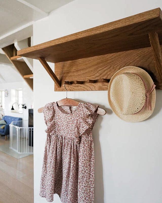Sommertøjet til den lille  hænger klar på knagerækken fra TRÆFOLK . . . #træfolk #knagerække #entre #møbler #indretning #handmade #boligindretning #danskdesign