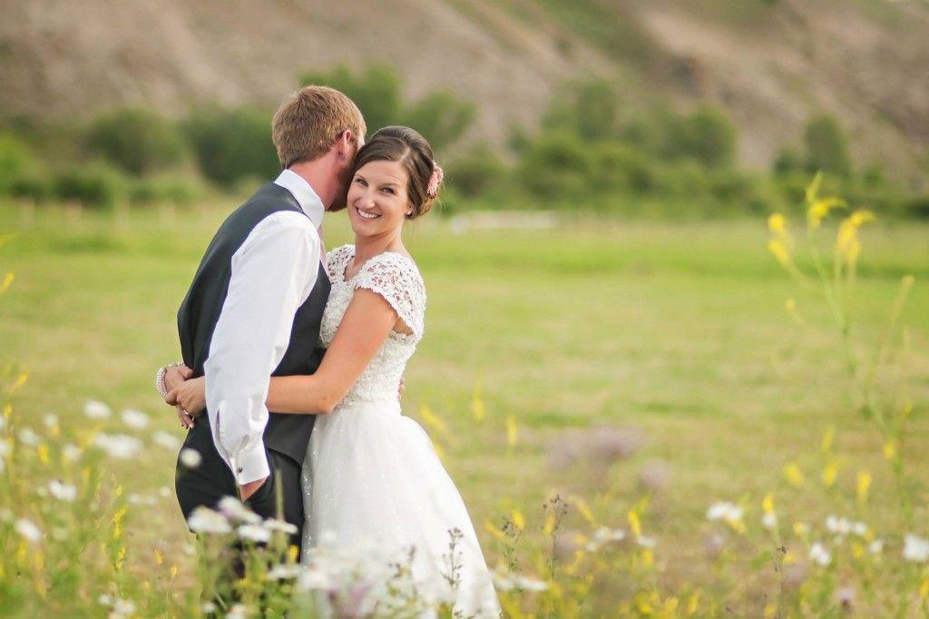A small & simple ranch wedding in Gunnison, Colorado (image: @amandaabel via @coweddingsmag)
