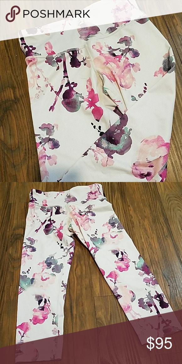 007389c8e EUC Lululemon WU Floral Crop size 4 EUC Lululemon Wunder Under floral print  crop pants. Very rare! Size 4. lululemon athletica Pants Capris