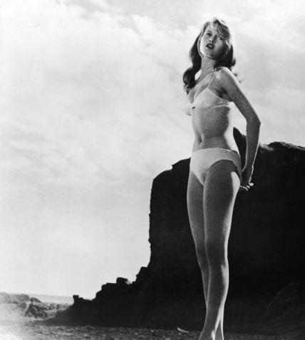 Brigitte Bardot, la première actrice à oser le bikini dans un film, Et Dieu créa la femme, 1956.