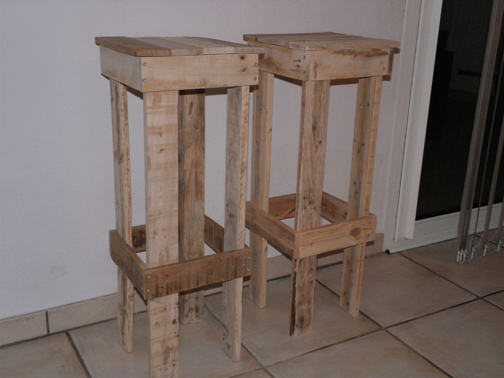 tabouret de bar en bois de palette esprit r cup. Black Bedroom Furniture Sets. Home Design Ideas