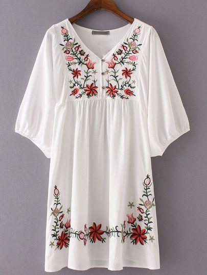 Kleid mit VAusschnitt und Stickereienwei223 Ze246lf